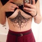Tatuaggio underboobs sotto seno